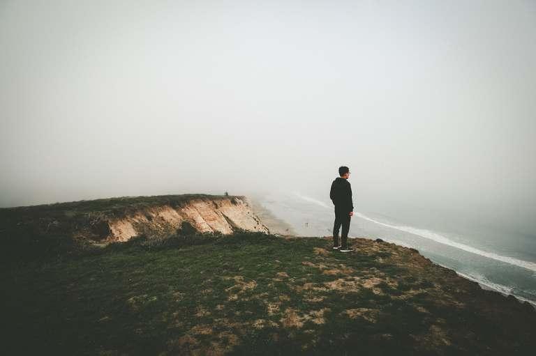Un homme, seul, admire le paysage